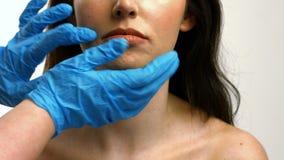 Rörande kvinnaframsida för plast- kirurg stock video