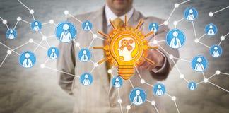 Rörande lärande mening för rekryterare i Lightbulb Royaltyfri Fotografi