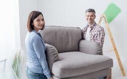 Rörande möblemang för par i deras nya hus Arkivfoto
