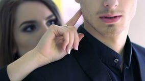 Rörande manlig framsida för nätt brunett vid hennes finger långsam rörelse stock video