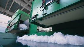 Rörande massor för metalltransportör av vit fiber på en fabrik stock video