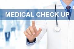 Rörande MEDICINSK KONTROLL för doktorshand UPP tecken på den faktiska skärmen royaltyfria bilder