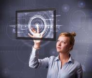 Rörande modern teknologiminnestavla för ung affärskvinna Royaltyfri Fotografi