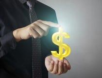 Rörande online-knapp för man med pengarsymbolen Arkivbilder