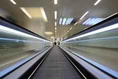 Rörande på en rulltrappa Arkivfoto
