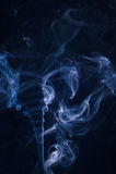 Rörande rök på en svart bakgrund Fotografering för Bildbyråer