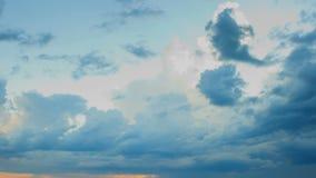Rörande regnmoln en solnedgång, tidschackningsperiod lager videofilmer