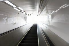Rörande rulltrappa i modern byggnad och ljus på bakgrund Arkivbilder