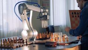 Rörande schackdiagram för elektronisk robot på en faktisk elektronisk schackbräde arkivfilmer