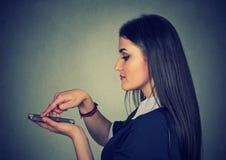 Rörande skärm för kvinna på den smarta telefonen för modern mobil arkivfoto