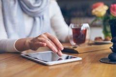 Rörande skärm för kvinnahand av den digitala minnestavlan Royaltyfri Fotografi