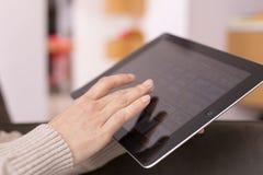 Rörande skärm för kvinnahand på den digitala minnestavlan. royaltyfri foto