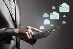 Rörande smartphone för affärsman med begrepp för socialt massmedia för symbol digitalt royaltyfri bild