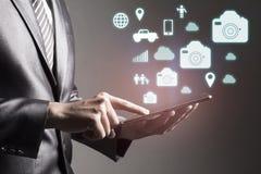 Rörande smartphone för affärsman med begrepp för socialt massmedia för symbol digitalt arkivfoto