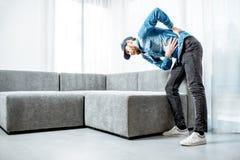 Rörande soffa för man med tillbaka knip royaltyfria bilder
