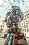 Rörande staty av Franz Kafka i Prague, gult filter Royaltyfri Bild