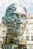 Rörande staty av Franz Kafka i Prague, gult filter Arkivbilder