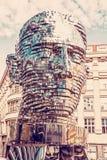 Rörande staty av Franz Kafka i Prague, rött filter Arkivbild