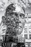Rörande staty av Franz Kafka i Prague som är akromatisk Royaltyfri Foto
