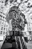 Rörande staty av Franz Kafka i Prague som är akromatisk Royaltyfria Foton