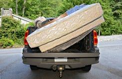 Rörande tillhörigheter i en lastbil Royaltyfri Bild
