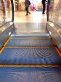Rörande trappa i en shoppingmitt Royaltyfria Bilder