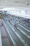 Rörande trottoarer i folkhopen av en viktig flygplats Arkivbilder