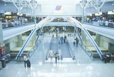 Rörande trottoarer i folkhopen av en viktig flygplats Royaltyfri Bild