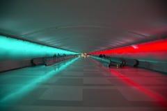 Rörande trottoarer och en ändrande ljus show i tunnelen av den Detroit flygplatsen, Detroit, Michigan Royaltyfri Foto