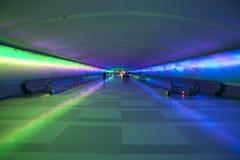 Rörande trottoarer och en ändrande ljus show i tunnelen av den Detroit flygplatsen, Detroit, Michigan Arkivbild