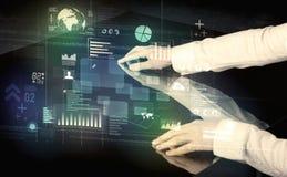 Rörande växelverkande modernt skrivbord för affärsman med teknologiico royaltyfri bild