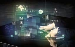 Rörande växelverkande modernt skrivbord för affärsman med teknologiico arkivbild