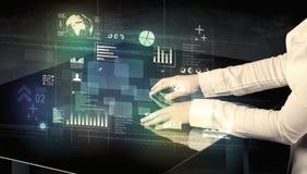 Rörande växelverkande modernt skrivbord för affärsman med teknologisymboler royaltyfria foton