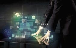 Rörande växelverkande modernt skrivbord för affärsman med teknologisymboler arkivbilder