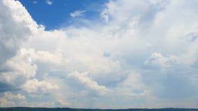 Rörande vit fördunklar över blå himmel, timelapse stock video