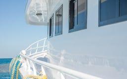Rörande vit yacht framåtriktat Arkivbild