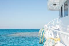 Rörande vit yacht framåtriktat Fotografering för Bildbyråer