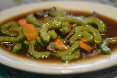 Rörd bitter kalebass med moroten och nötkött Arkivbild