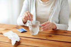 Rörd läkarbehandling för kvinna i kopp med skeden Arkivfoton