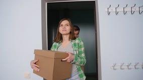 Rörda unga lyckliga par en ny lägenhet arkivfilmer
