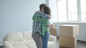 Rörda unga lyckliga par en ny lägenhet lager videofilmer