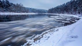 Rörelse av att bilda isisflak i floden Neris under vinter i Vilnius fotografering för bildbyråer