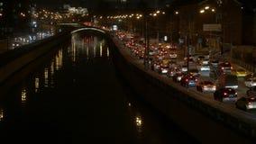 Rörelse av bilar, i aftonen till och med gatorna av en stor stad lager videofilmer