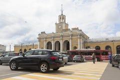 R?relse av bilar p? en ?verg?ngsst?lle n?ra j?rnv?gsstationen i staden av Yaroslavl royaltyfri bild