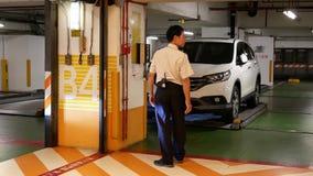 Rörelse av bilen som lämnar underjordisk parkering arkivfilmer