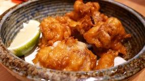 Rörelse av bunken av stekt kyckling på inre restaurang för tabell stock video