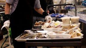 Rörelse av den arbetaremballagemat och kunden som köper varm mat lager videofilmer