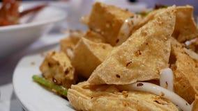 Rörelse av den djupt stekte kryddiga tofuen med ånga lager videofilmer