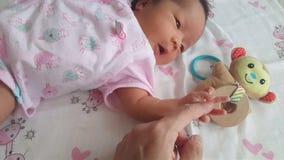 Rörelse av den nya fadern för A rymmer hans nyfödda spädbarn behandla som ett barn handen för ` s för första gången Hållande newb lager videofilmer