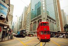 Rörelse av den röda dubbeldäckarespårvagnen på gatan med moderna byggnader för huse Arkivfoton